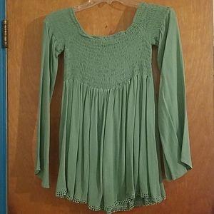Green shoulder sleeve shirt